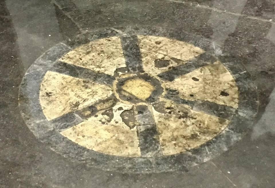 Колесо по соседству с бронзовым кабанчиком - камень скандала